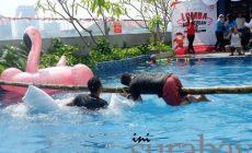 Permalink ke Foto-Foto: Serunya 'Agustusan' di Crown Prince Hotel, Nyebur Kolam Renang Gara-Gara Kena Gepuk Bantal
