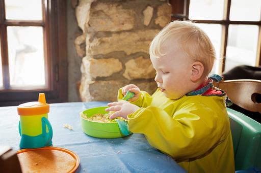 Photo intérieure d'un enfant en profitant d'une micro-pause pour le saisir sans flou.