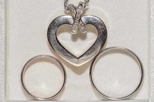 Exemple de mise en scène de photographie des alliances avec le bijou de famille chère à la mariée