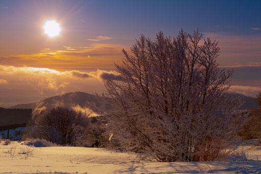 Ambiance magique d'un couché de soleil en hiver sur les hauteurs du Ballon d'Alsace