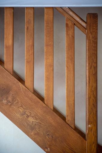 L'escalier semble descendre de part le sens de lecture occidental de gauche vers la droite