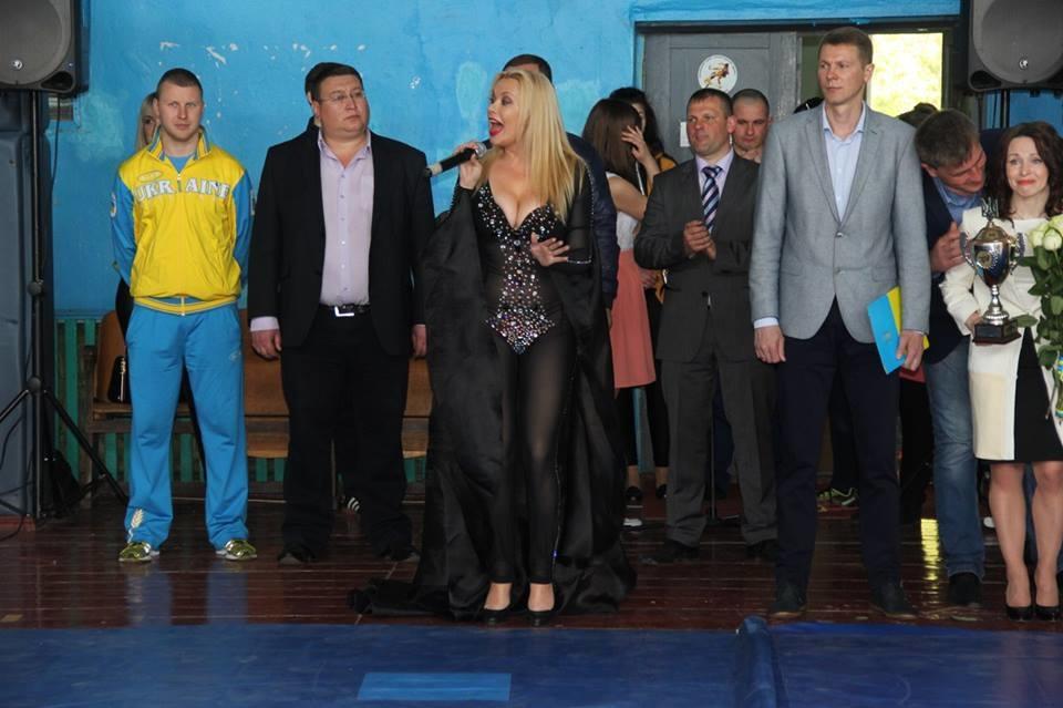 Певицу обругали за«голый» наряд надетском турнире поборьбе наУкраине