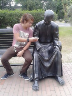 people-playing-with-statues-5-59355efac52fc__605