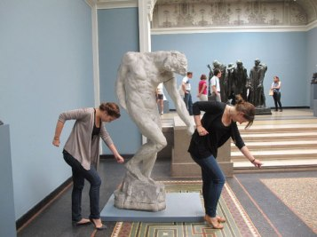 people-playing-with-statues-funny-posing-24-5931770d5c779__605