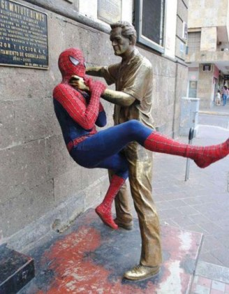 people-playing-with-statues-funny-posing-3-593125e80952a__605