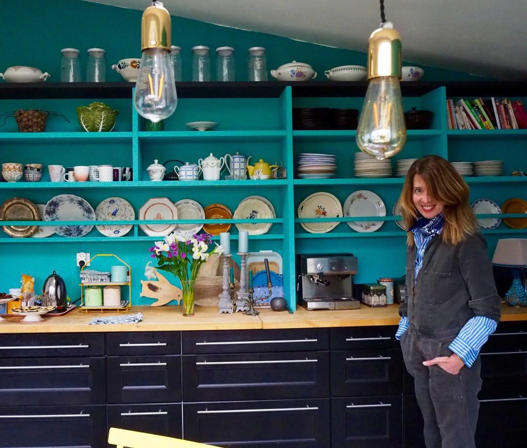 Sophie Anne devant son vaisselier