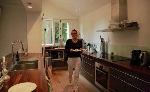 Claire dans sa cuisine