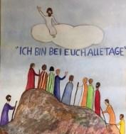 Kinderzeichnung: Mann auf Wolke winkt zu Menschen in langen Gewändern, die auf einem Berg stehen. UNter der Wolke steht: Ich bin bei euch alle Tage.