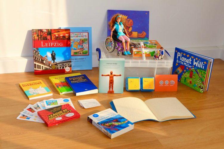 Tisch mit Büchern und Spielzeug. Eine Box.