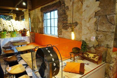 鳥のいるカフェ六本木店の内装・座席の様子