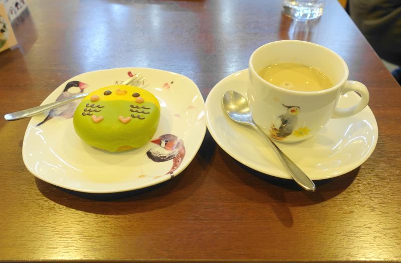 ことりカフェ巣鴨のティーセット、セキセイインコインコドーナツとカフェオレ
