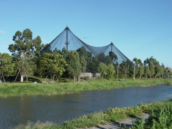 埼玉県・越谷市にあるキャンベルタウン野鳥の森の外観。施設全体が網で覆われている。