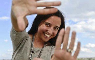 Luisa Yanzón en esencia, buscando la mejor perspectiva para abordar un proyecto.