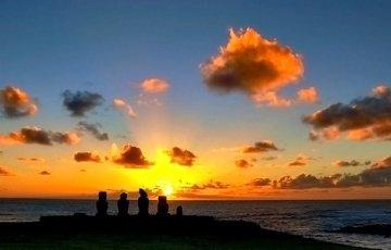 Cerca del núcleo urbano de Hangaroa, los Moai en la plataforma Tahai.