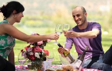 Un picnic también puede ser una ocasión ideal para brindar con vino.