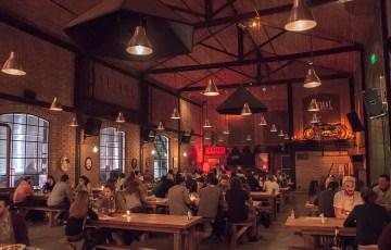 Un bar para el encuentro donde las mesas son compartidas.