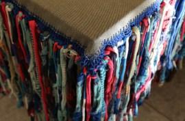 Mantel con terminaciones en crochet y totora