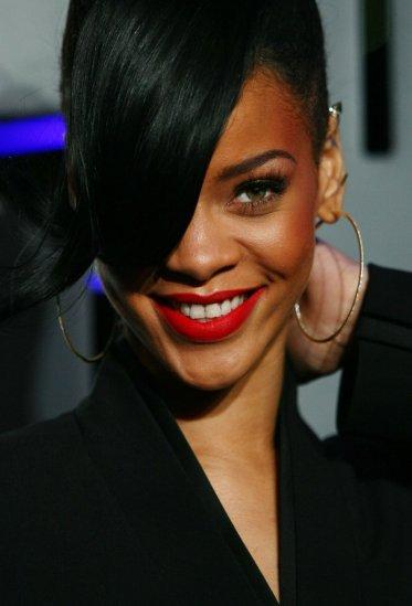 Rihanna-wore-oversize-hoop-earrings-Battleship-premiere