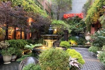 [台中聚餐]墨西哥餐廳-冒煙的喬,多元座位分區適合團體、家庭及情侶約會,擁有自然造景及美式風格陳設,很推喔。