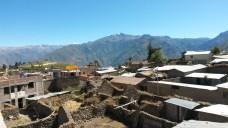 Widok na Cabanaconde z tarasu w Pachamamie