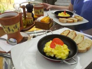 Śniadanie w Arequipie - jajecznica plus dżemy z lokalnych owoców