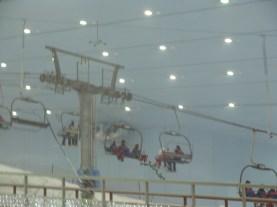 Sztuczny stok narciarski na środku centrum handlowego