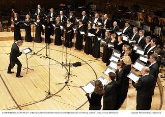LUCERNE FESTIVAL ZU OSTERN 2015. 27 März 2015. Der Chor des SWR Sinfonieorchesters Baden-Baden und Freiburg unter der Leitung von Ingo Metzmacher.