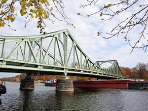 Die Glienicker Brücke verläuft über die Havel und verbindet Berlin mit Potsdam