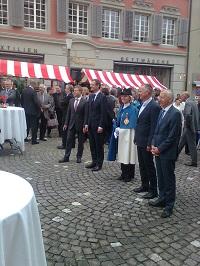 Andreas Hofer, 2. v.r. begleitet von seinem Vorgänger, der Standesweibelin und Regierungsräten auf dem Rathausplatz