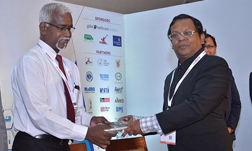 Eur Ing Muthu Singaram giving prize of appreciation to Stephen Victor at InnoHEALTH 2017 conference