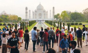 Tourists-visiting-Taj-Mahal