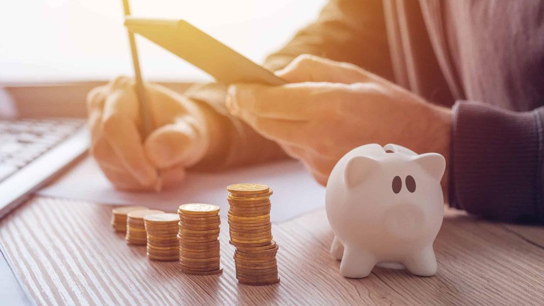 savings finances economy and home budget PVF9LUR scaled 1 - ¿Cómo inicio mi propio emprendimiento con poco capital?