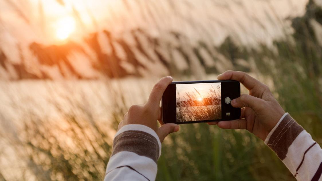 16. Phone taking photo 1920  e1551336209236 - Fotos Increíbles con tu Celular