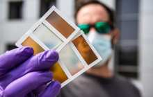 A next-generation thermochromic window reduces the need for air conditioning and simultaneously generates electricity