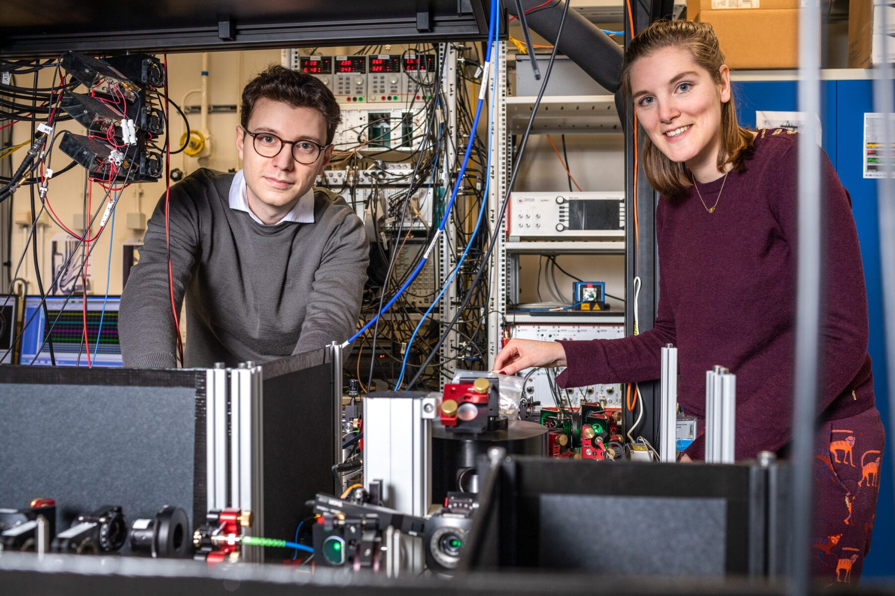 Co-authors Matteo Pompili (left) and Sophie Hermans (right), both PhD student in the group of Ronald Hanson, at one of the quantum network nodes.