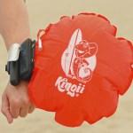 Le bracelet bouée Kingii permet de remonter le poids du corps à la surface de l'eau pour éviter la noyade.