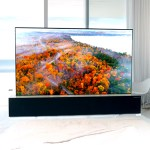 """L'écran de télévision LG Signature de 65"""" est souple et peut être enroulé dans son meuble pour libérer l'espace de la pièce."""