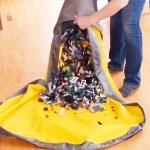 Le sac de jeu Slideaway inclut un tapis qui permet un usage plus facile des jouets. Le rangement est ensuite plus rapide !