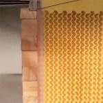 La structure en nid d'abeille du cadre de la ruche Flow-Hive est divisée en plusieurs parties mobiles pour permettre l'écoulement du miel.
