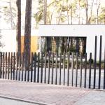 Le concept de portail Fancy Fence system se rétracte discrètement dans le sol pour accéder dans la résidence.