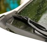 Un essuie glace de voiture fonctionnent par période en mode intermittant.