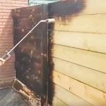 Le fait de brûler superficiellement le bois, avec par exemple une torche à propane, permet de le teinter et de le protéger.