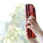 Le raclette Tyroler est constituée de 2 parties aimantées et positionnées de part et d'autre de la vitre. Une solution pratique pour nettoyer les zones difficile d'accès.