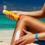 La crème solaire s'étale pour créer un film protecteur contre les UV.