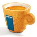 La tasse Lavazza est composée de biscuit qui habituellement accompagne le café au moment de la dégustation.