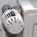 La vanne thermostatique intègre une sonde thermosensible qui régule le débit d'eau en fonction de la t°C ambiante désirée.