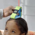 Ce laser mesure la distance entre la tête et le plafond pour obtenir la taille de la personne.