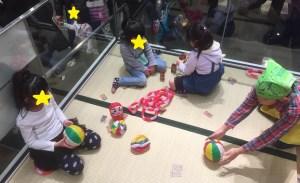 畳の上で正月らしい遊びをする子ども