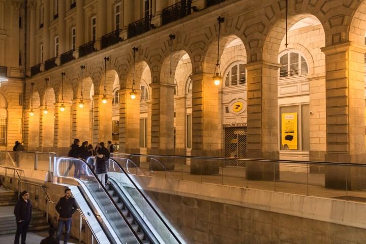 Rennes, détail du Palais du Commerce, la nuit