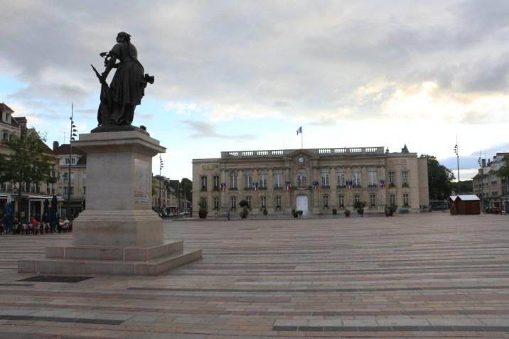 L'Hôtel de ville sous la protection de Jeanne Hachette